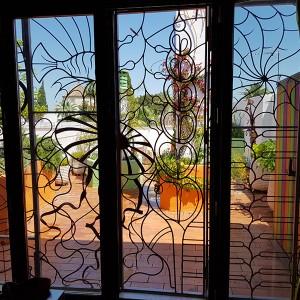 Diseño e instalación de jardín ecológico. Terraza en naranja, morado y verde, C/Gerona de Sevilla