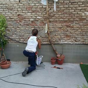 Diseño e instalación de jardines. Sistema de riego para ajardinar un patio lleno de cultura, igualdad y feminismo